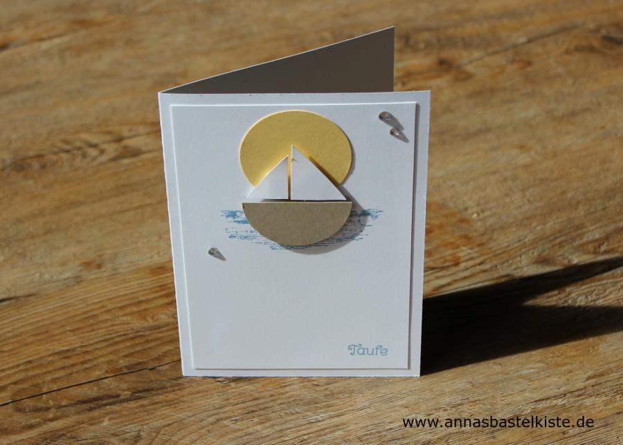 Hinter Dem Boot Ein Ausgestanzter Kreis In Gelb Symbolisiert Die Sonne, Vor  Der Das Schiffchen Seine Runden Dreht.